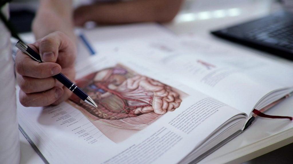 Łukasz Opałacz przeprowadza wywiad osteopatyczny z pacjentem